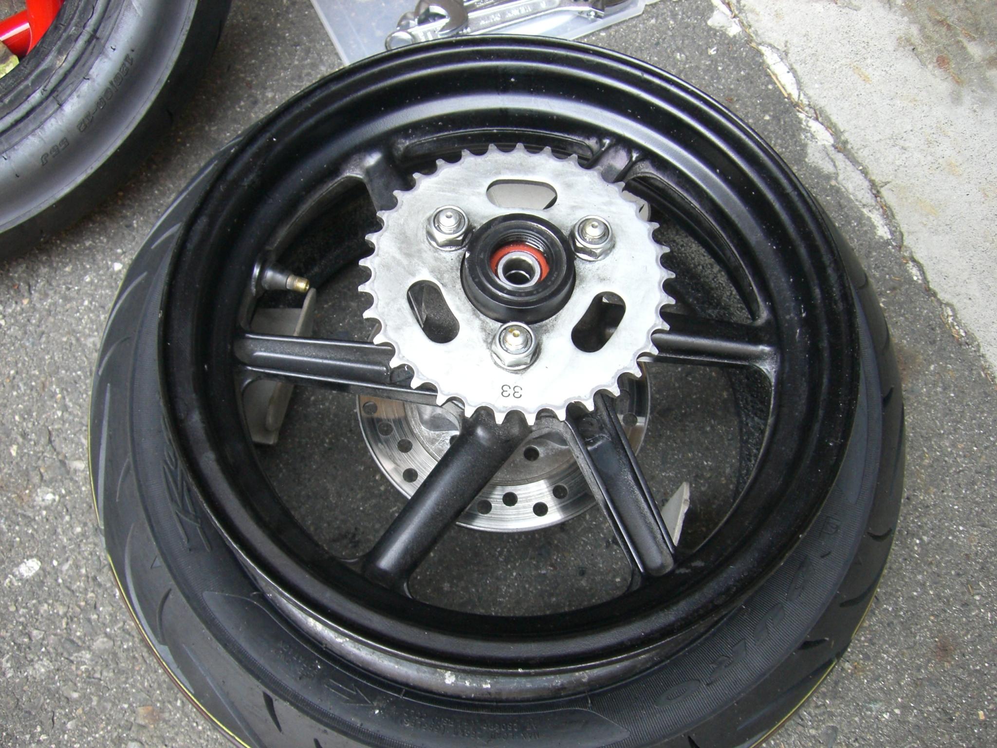 XR100モタードのリアタイヤ交換