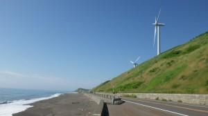 青空に海と丘と風車