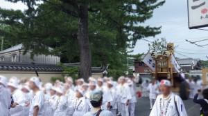 白装束の行列